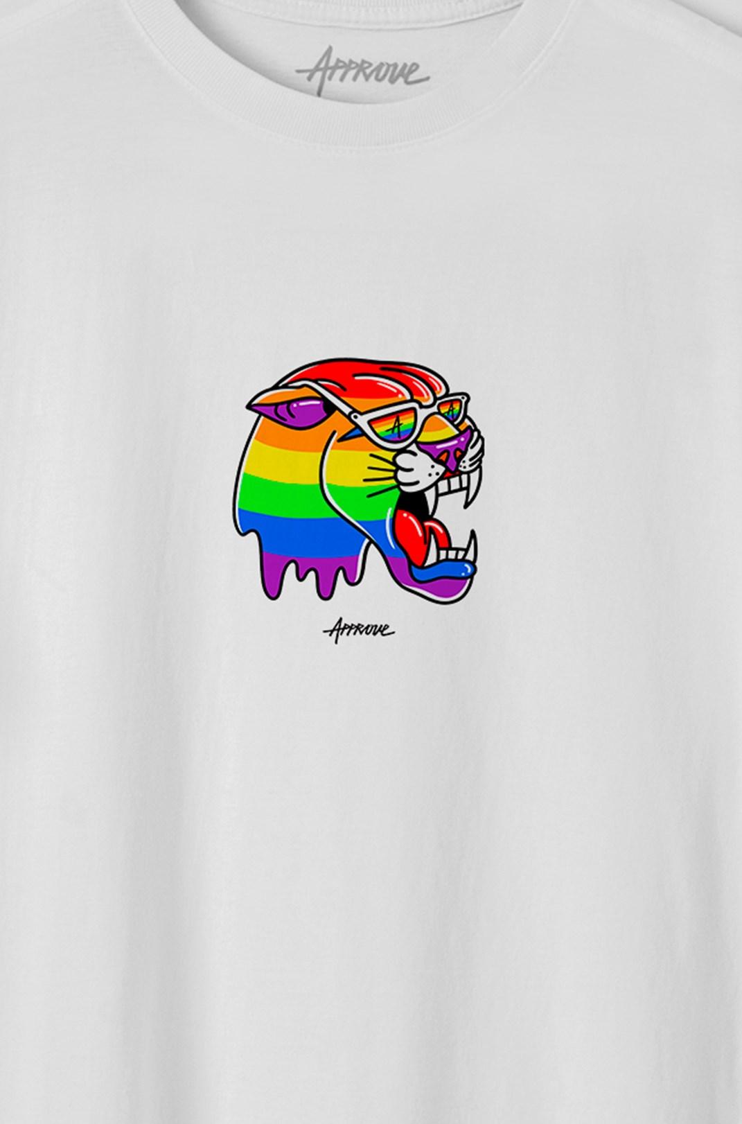 Camiseta Bold Approve Rômulo Deu Cria Pantera Arco-Íris Branca
